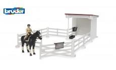 Bruder bworld 62521 - Kleiner Reiterhof mit Reiterin, Pferd, Sattel und Zaumzeug